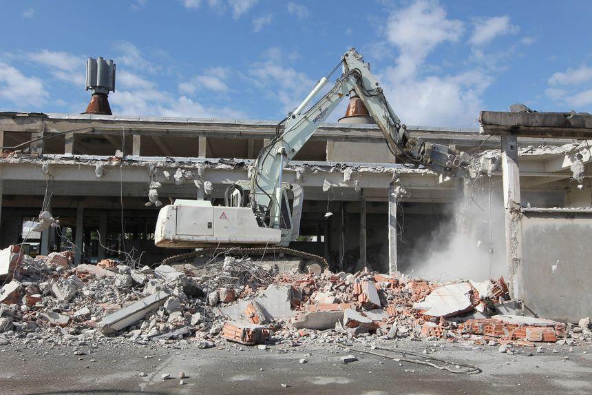 Les anciens abattoirs de Bordeaux, lors de leur démolition en 2012.