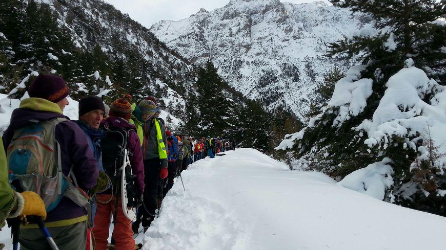 Plus de 300 personnes encordées symboliquement pour alerter des dangers encourus par les migrants dans les cols alpins