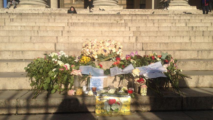 Caroline a rassemblé les fleurs et messages laissés par les fans de Johnny à leur idole