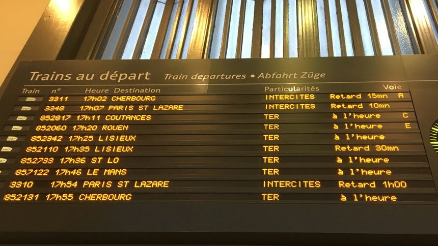 Le panneau d'affichage des trains au départ de la gare de Caen dans le Calvados