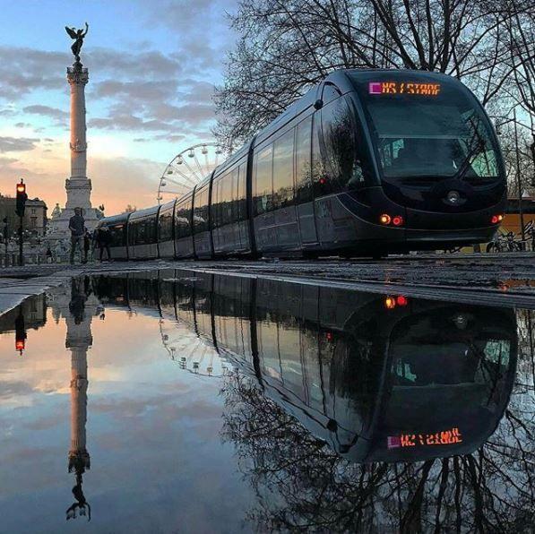 Le tram place des Quinconces.