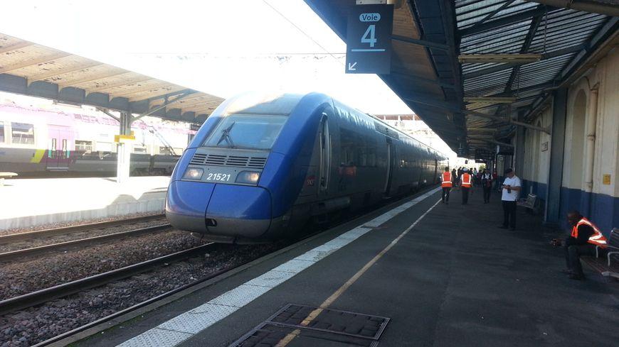 Un train à quai en gare de Bourges