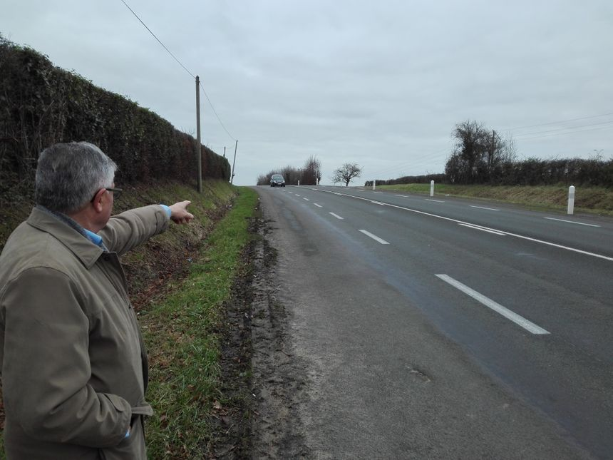 Michel Mary, le maire de Duneau indiquant l'endroit où se sont produits deux accidents mortels en décembre 2016 et janvier 2017