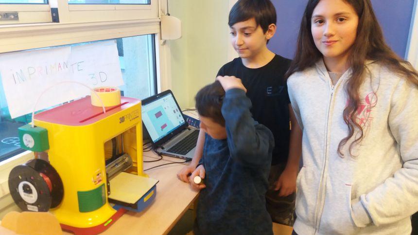 Ali et ses amis travaillent avec une imprimante 3D.