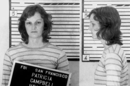 L'héritière Patty Hearst pendant son arrestation par le FBI le 18 septembre 1975 à San Francisco, Californie.