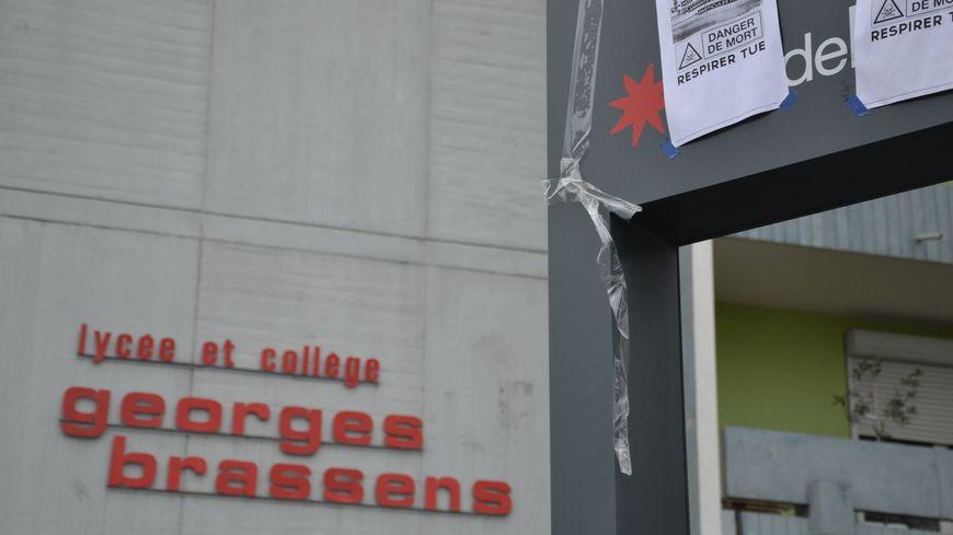 Des affiches plaquées par les étudiants après la découverte d'amiante. Le 20.12.17
