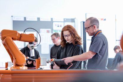 Apprentis utilisant un robot industriel