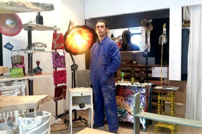 Samir dans sa boutique à Châtellerault