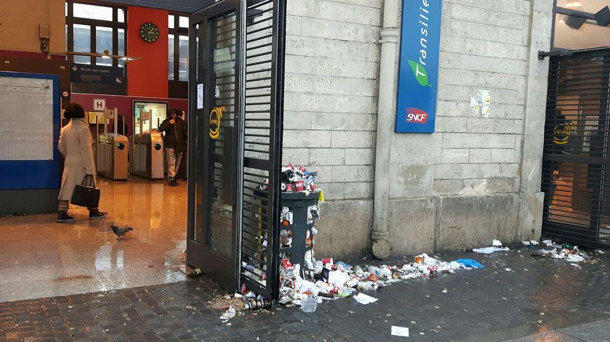 Les poubelles seront vidées à partir de lundi (ici en gare de Saint-Denis)