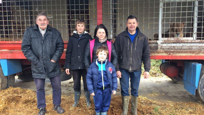 La famille Dumas, devant ses cages aux lions.