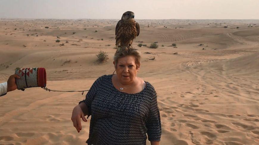 Danielle dans le désert près de Dubaï, aux Emirats arabes unis.