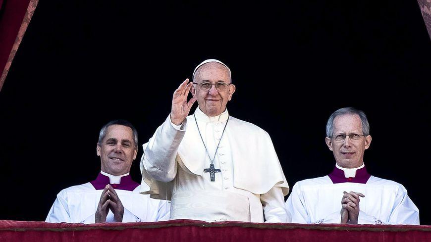"""Le pape François s'adresse aux fidèles depuis un balcon de la basilique Saint-Pierre, au Vatican, pour sa traditionnelle bénediction """"Urbi et Orbi"""", le 25 décembre 2017"""