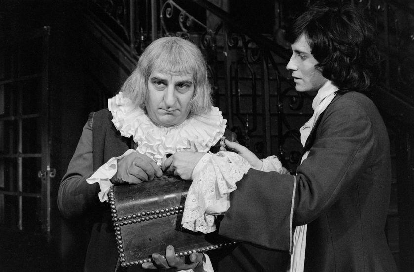 """Michel Aumont et Francis Huster dans """"L'Avare"""" de Molière, mise en scène par Jean-Paul Roussillon et réalisée par René Lucot, le 20/07/1973."""