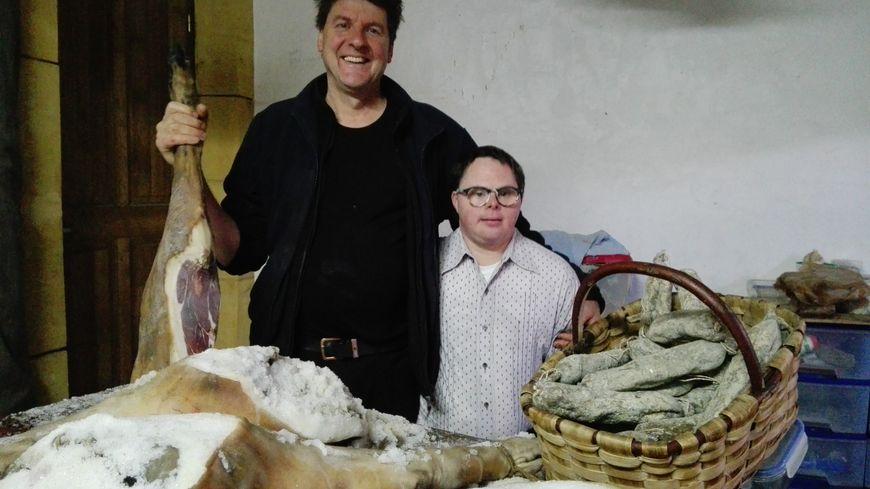 Gilles Versluis, éleveur de porcs gascons et Hugues, son collègue trisomique.