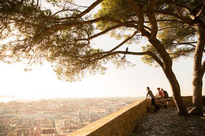 Des Portugais surplombent Lisbonne (et le monde ?) depuis l'une des terrasses du château Sao Jorge