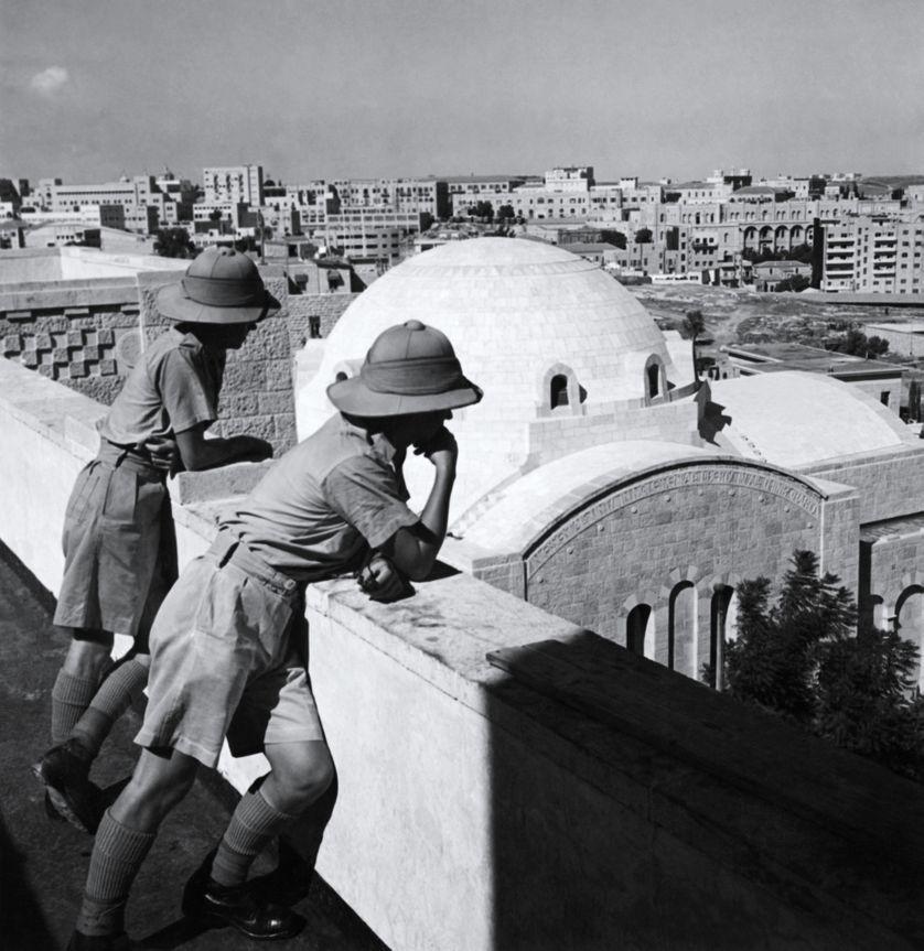29 novembre 1947 : la résolution 181 de l'ONU décrète la partition de la Palestine en deux états, un juif et un arabe, tandis que Jerusalem restait sous contrôle international. Ici, deux soldats britanniques observent les nouvelles constructions