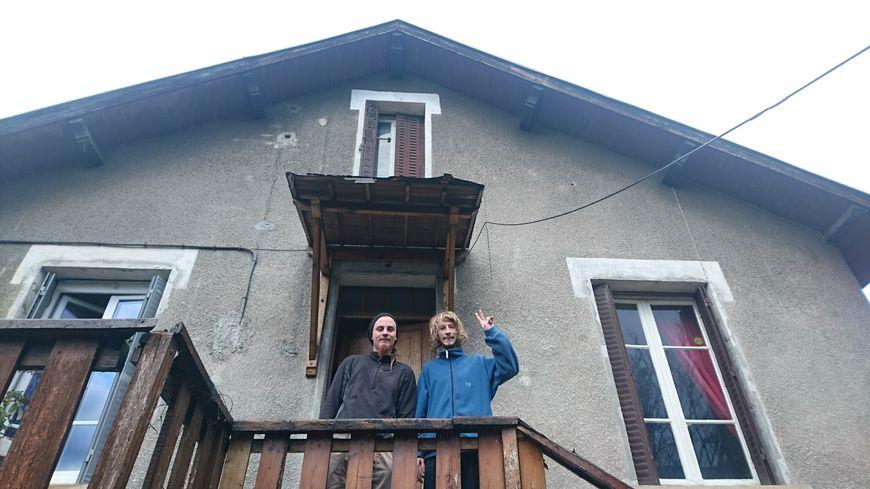La maison était murée depuis des années, elle abrite désormais Bobby et Plume