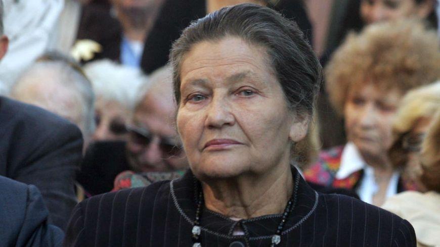 Simone Veil à Nice en Octobre 2007 au lycée du parc Impérial, où une plaque porte le nom de son frère, mort en déportation