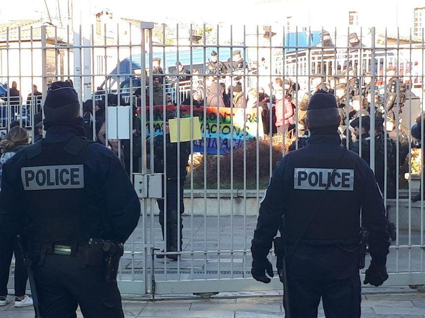 Des soutiens du RAIH manifestent devant le tribunal sous haute surveillance - Radio France