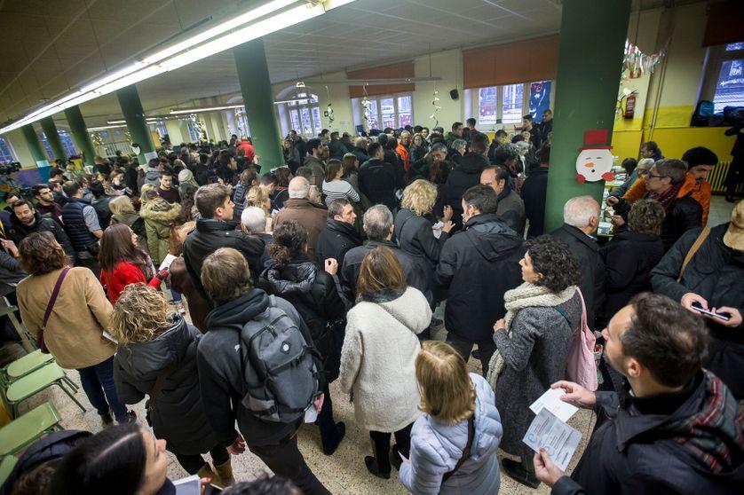 La foule des électeurs catalans dans un bureau de vote de Barcelone