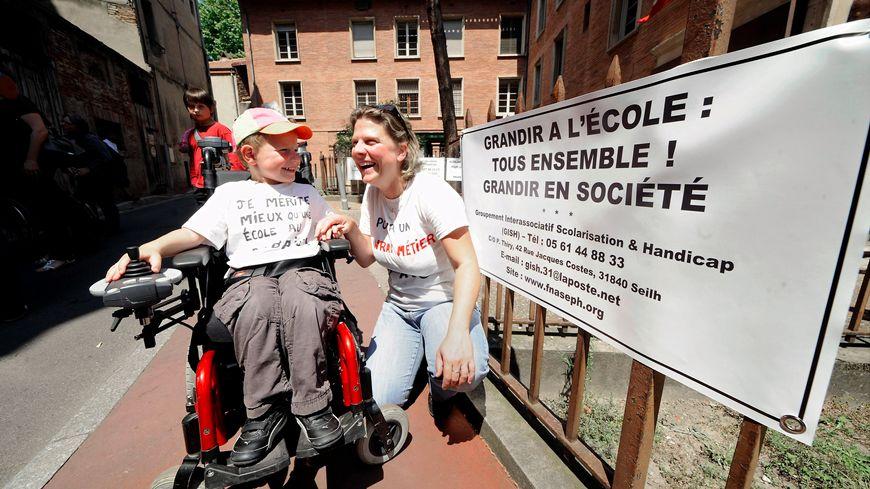 enfant handicapé  devant une école