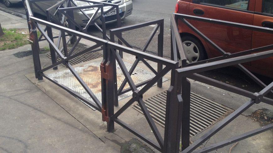 Les barrières sont installées en travers des grilles d'aération