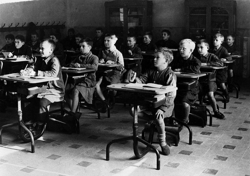 Photo d'archive d'une école primaire de garcons dans une ville non identifiée en France, lors de la rentrée des classes en 1951.