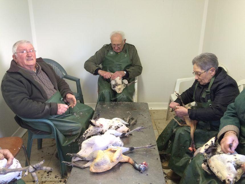 La préparation des chapons en famille à Pazayac.