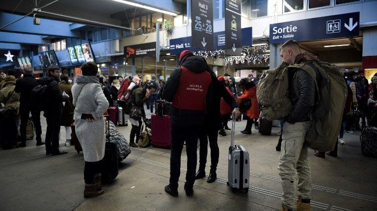 Des passagers en gare Montparnasse à Paris, dimanche 3 décembre