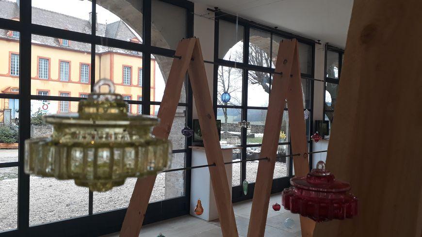 66 boules de Noël de Meisenthal exposées jusqu'à fin décembre au centre culturel Arcade à Sainte-Colombe-en-Auxois