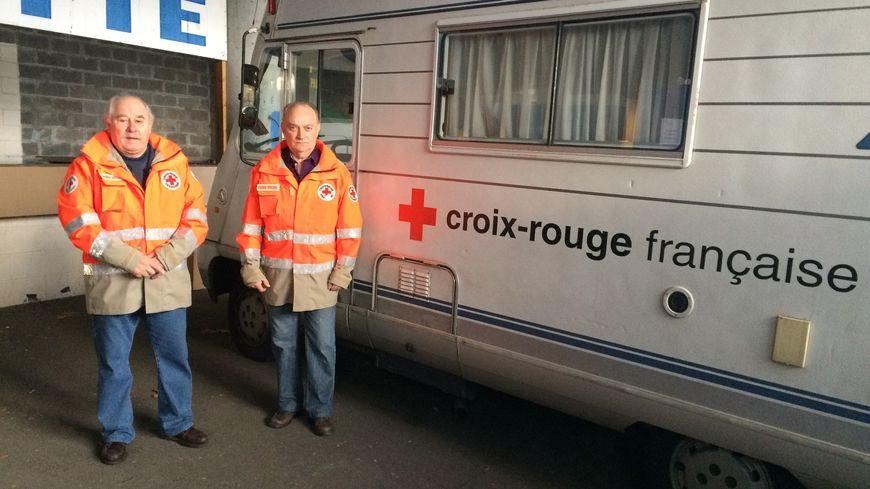 A droite, Alain Confais, responsable des maraudes à la Croix-Rouge du Havre et à gauche, Christian, l'un des bénévoles