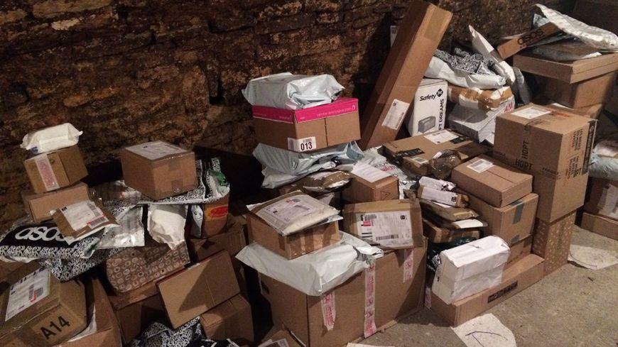 Ahmed a réceptionné plus de 2.000 colis en une semaine dans son magasin. 500 n'ont toujours pas été récupérés.