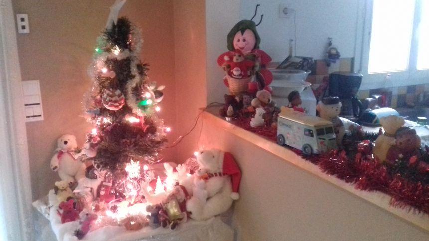 Des ours blancs autour du sapin de Noël