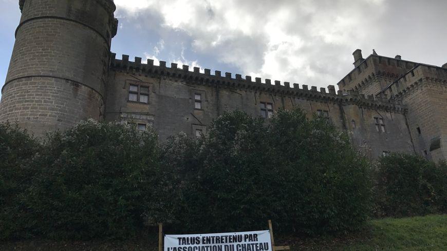 Le talus du château est entretenu par les habitants de Saint-Blancard.
