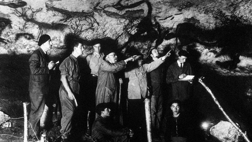 Le préhistorien Henri Breuil (5ème à gauche), Marcel Ravidat figure au premier plan en bas à droite.
