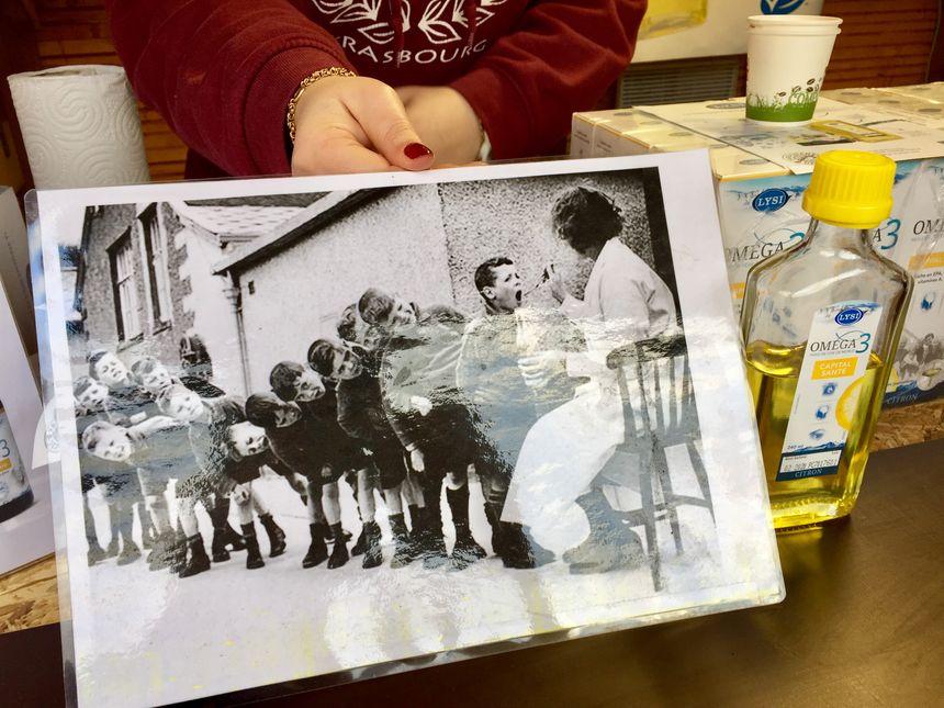 Cette photo utilisée par le stand islandais pour montrer que l'huile de foie de morue a changé - Radio France