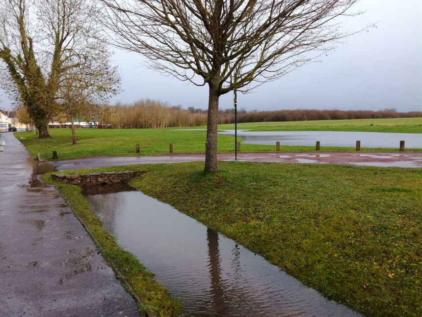 La plaine face à la mairie de Louvigny n'est pas inondée mais avec les récentes pluies l'eau monte doucement. Le maire de la commune reste donc très vigilant.