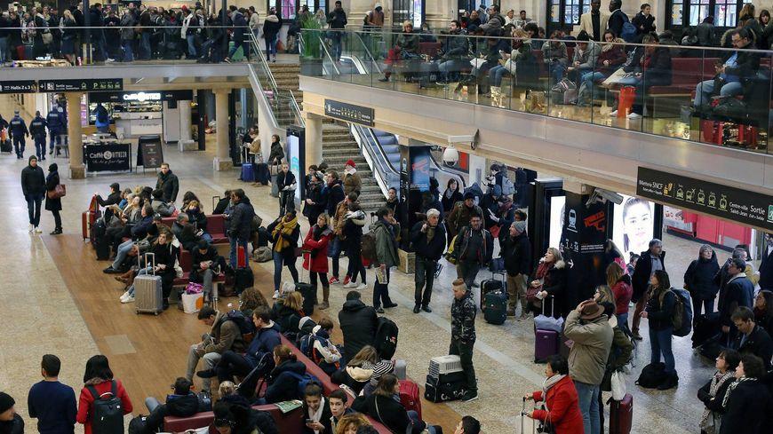 Voyageurs en souffrance gare St Jean, à Bordeaux