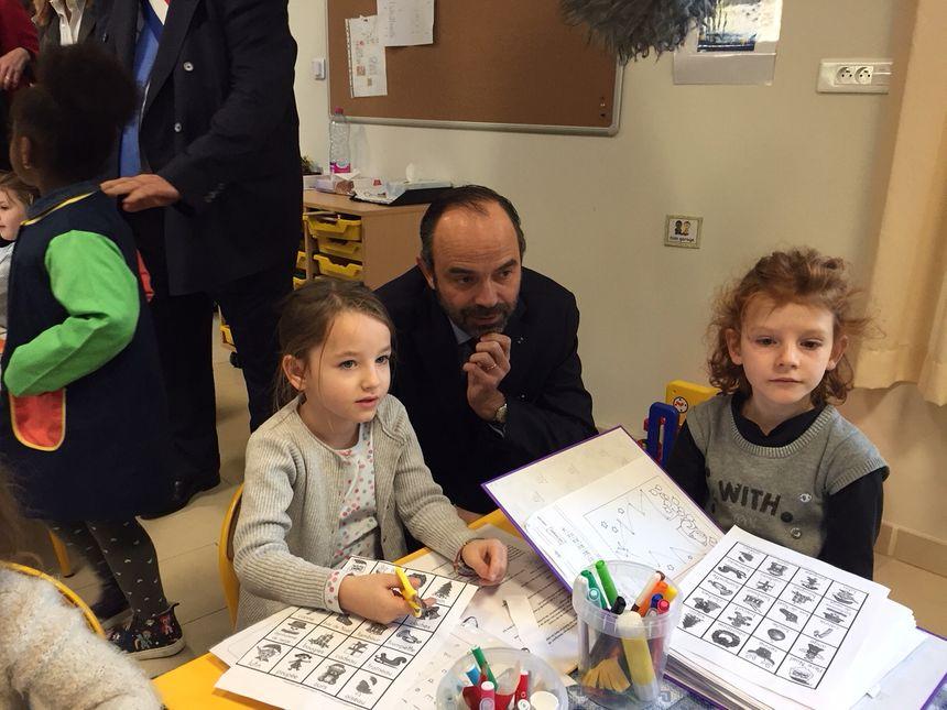 Edouard Philippe avec les enfants d'une école à Marseille