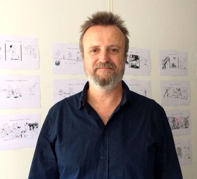 Laurent Frapat devant des dessins issus du Tac au Tac 2018