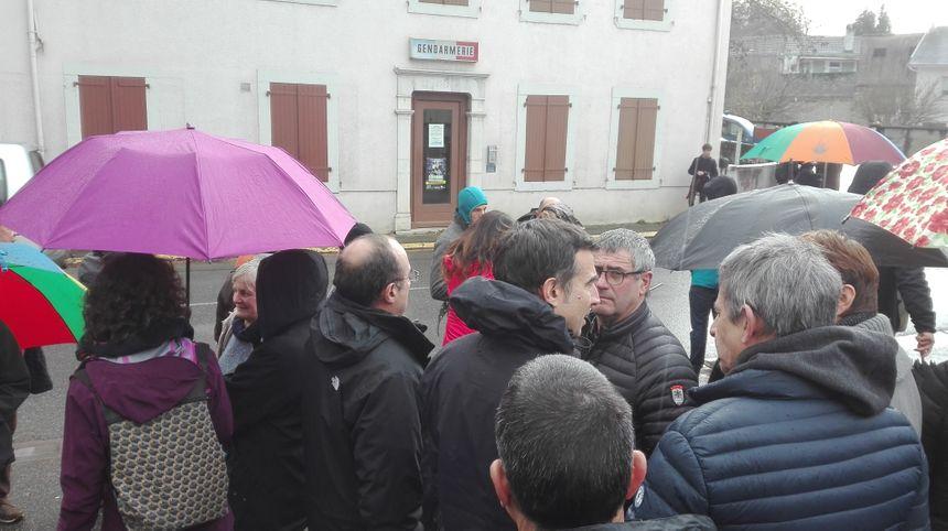 350 personnes sont venus soutenir l'éléveuse devant la gendarmerie de Mauléon - Radio France