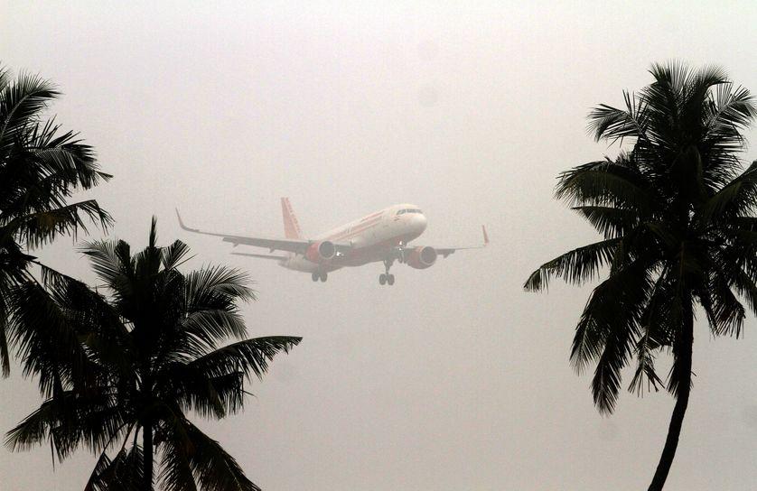 un avion en vol au-dessus de l'aéroport internationale de Patnaik à Bhubaneswar, en Inde, le 13 décembre 2017