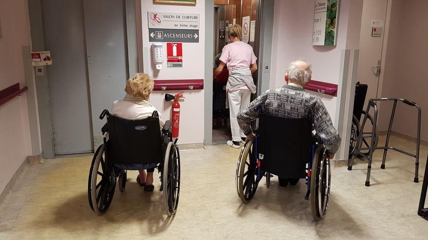 Les résidents montaient un par un, parfois sans aide-soignante dans l'ascenseur. Il est trop étroit.