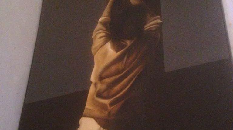 Une femme à genou devant l'arbre de la vie, telle une Madeleine devant la Croix. L'une des 14 œuvres de Pierre Saint-Paul. © Radio France - Benjamin Glaise