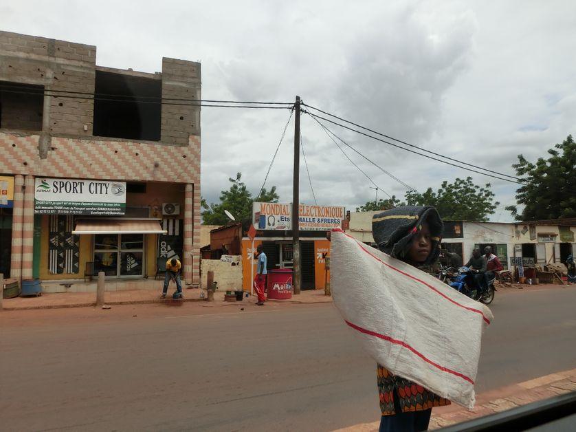 une petite vendeuse de serpillères à Bamako