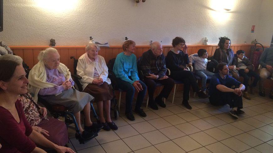 Les anciens de la maison de retraite de Cébazat écoutent et chantent