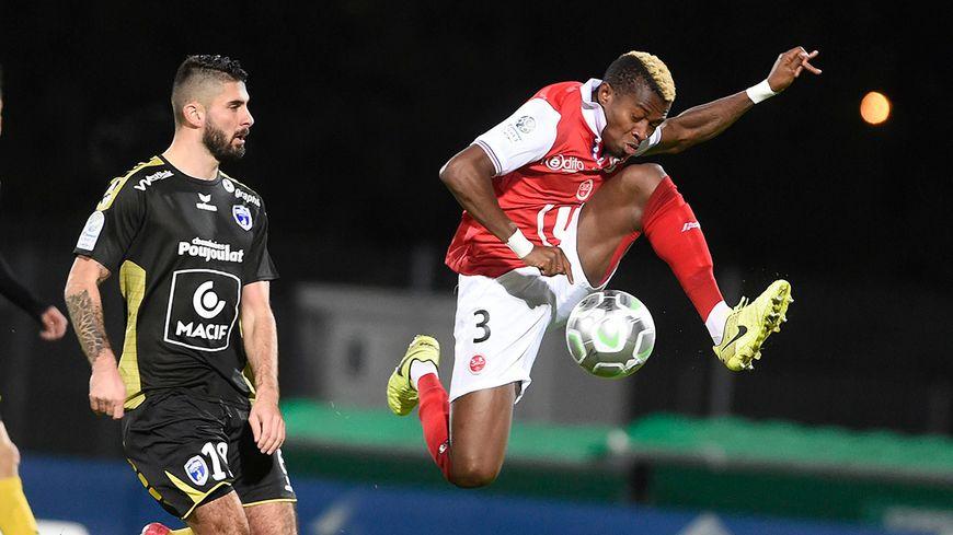 Le défenseur rémois Youssouf Koné ici face à Niort.