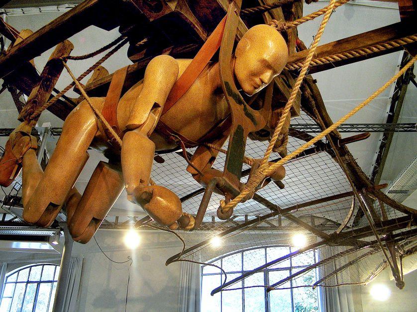 """Photo prise le 18 novembre 2004 au Clos-Lucé à Amboise, de la reproduction en taille réelle de """"l'homme oiseau"""" imaginé par Léonard de Vinci"""
