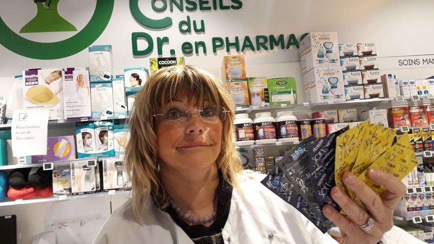 Anne Faure, la gérante de la parapharmacie, propose des préservatifs gratuits à ses clients
