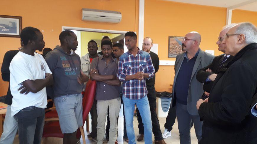 Les migrants interrogent le préfet du Pas-de-Calais (à droite)